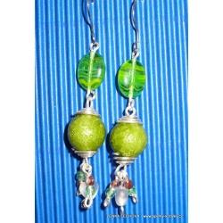 Stříbrné náušnice se zelenými korálky (bižuterie)